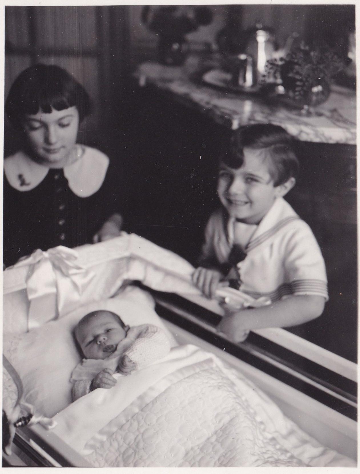 Deux enfants autour dun bébé  format   rotated