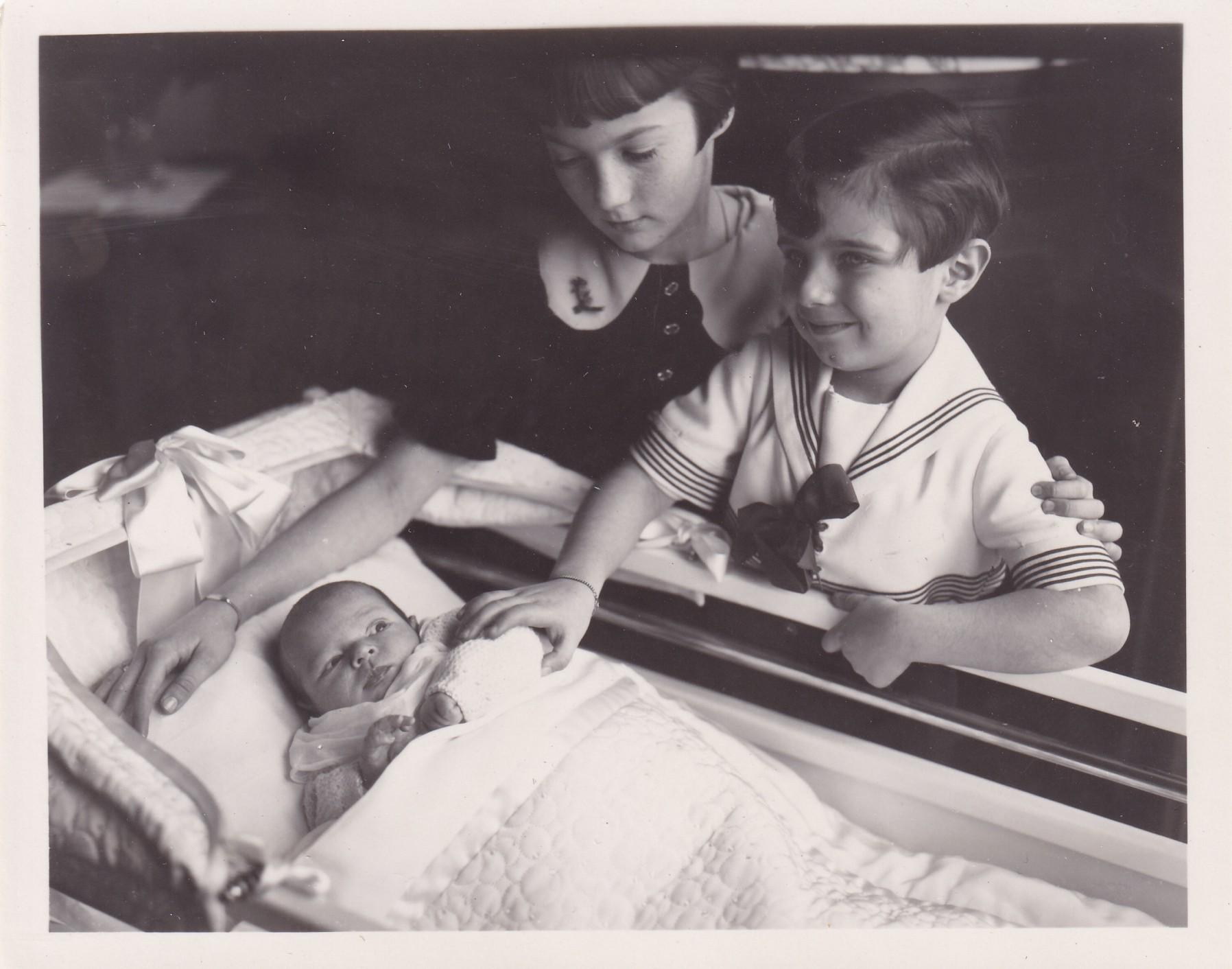 Deux enfants autour dun bébé  format