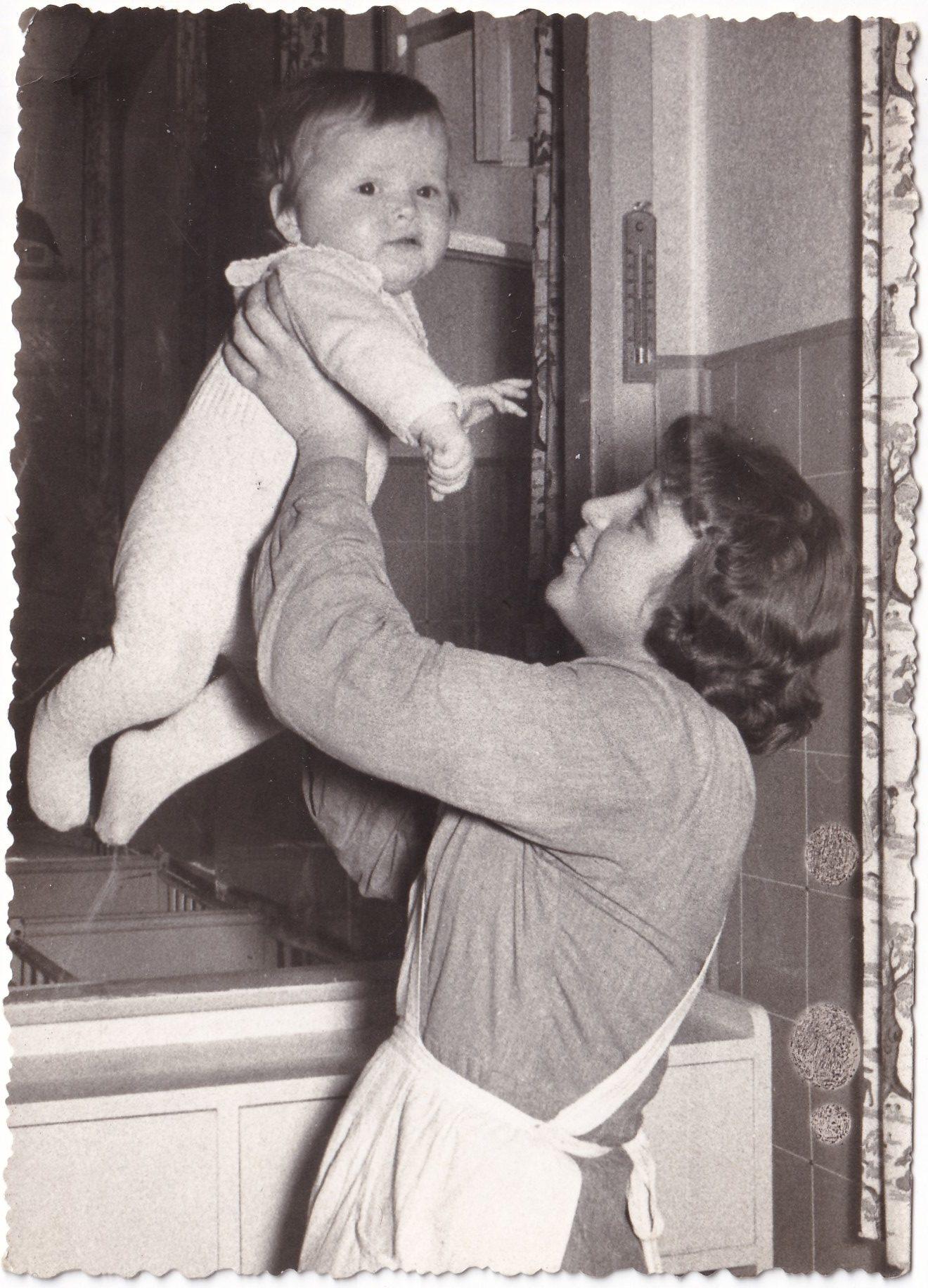 Femme avec bébé dans les bras  Format   rotated