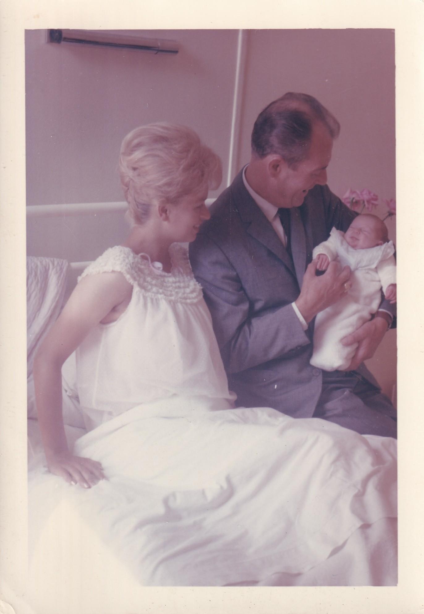 Maternité maman blonde avec homme et nouveau né français  format