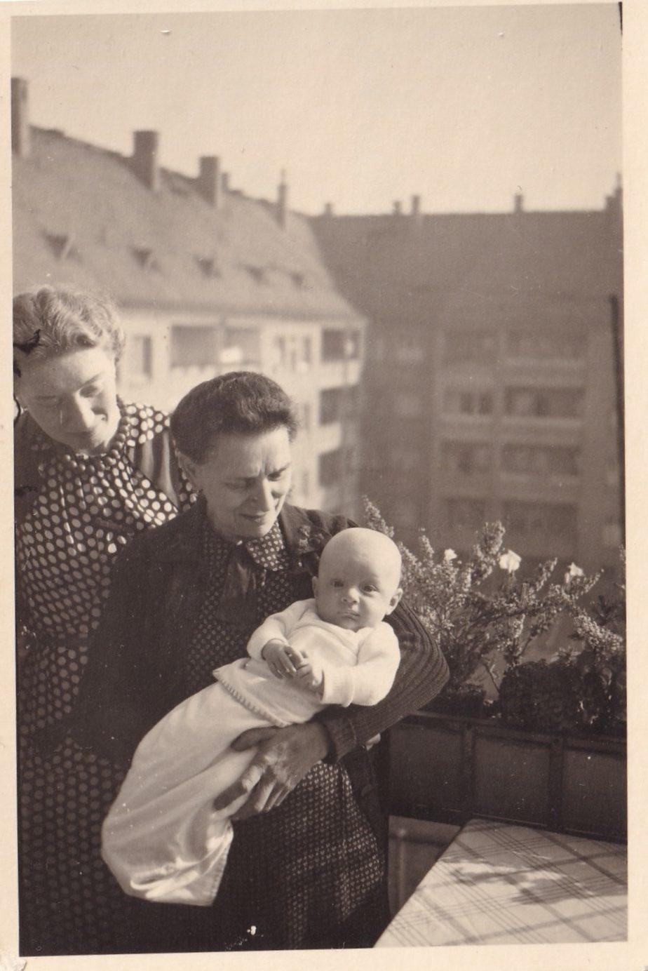 Pochette   Deux femmes sur balcon avec un bébé dans les bras recto Format   rotated