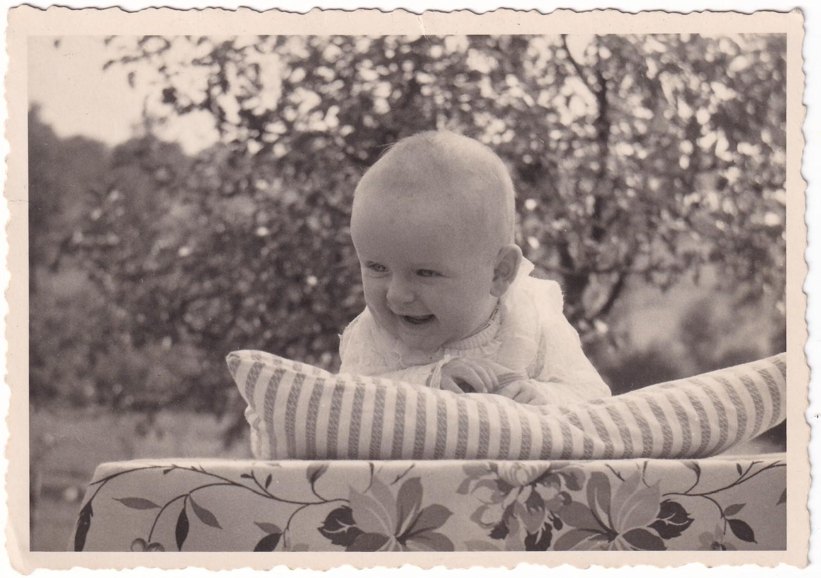 Pochette   mois Bébé dans un jardin recto Format