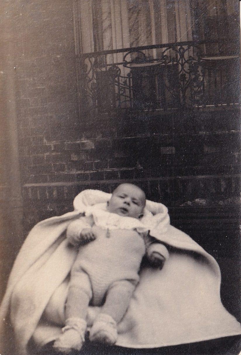 Pochette  Bébé posé devant une fenêtre recto photo découpée rotated