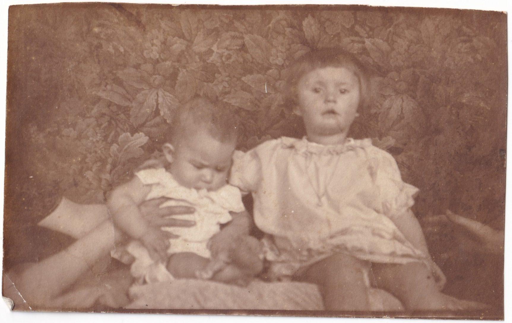 Pochette  Deux enfants assis Photo découpée rotated