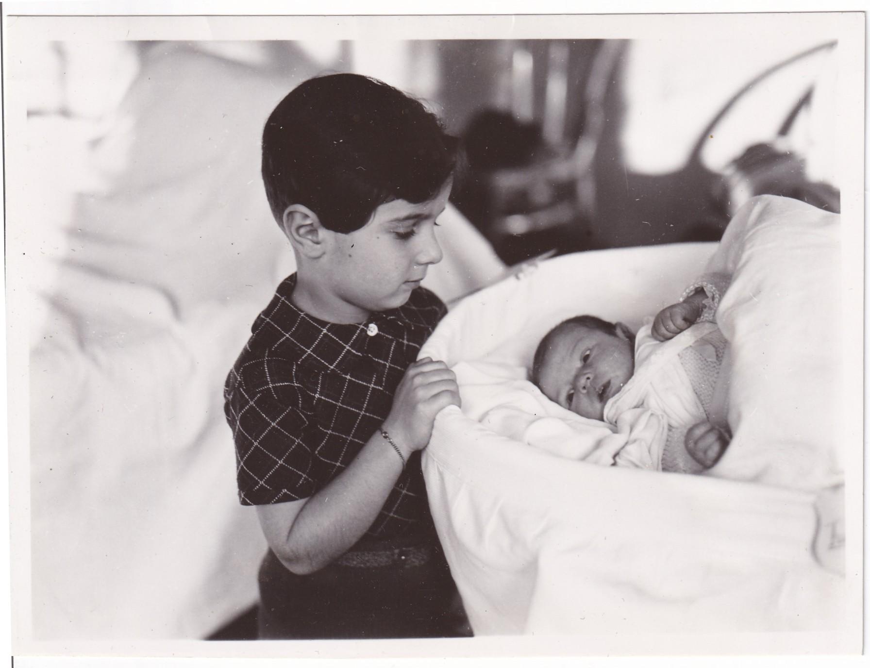Pochette  Enfant qui pose avec bébé dans son lit Format