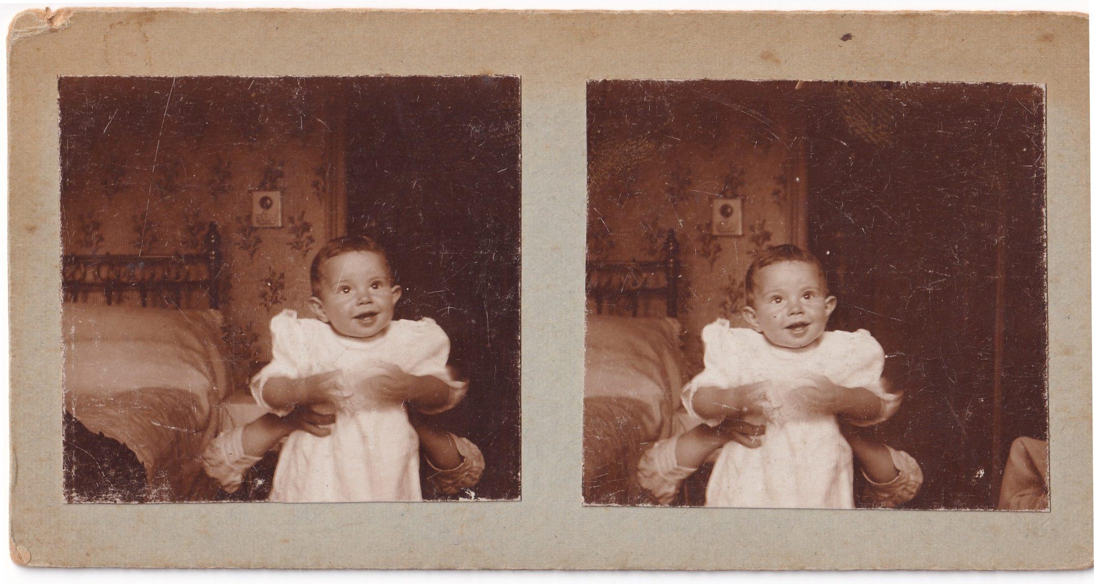 Pochette  Enfant tenu dans une chambre deux photos rotated