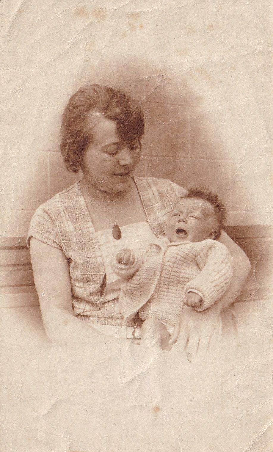 Pochette  Femme avec bébé qui pleure dans les bras Format   rotated