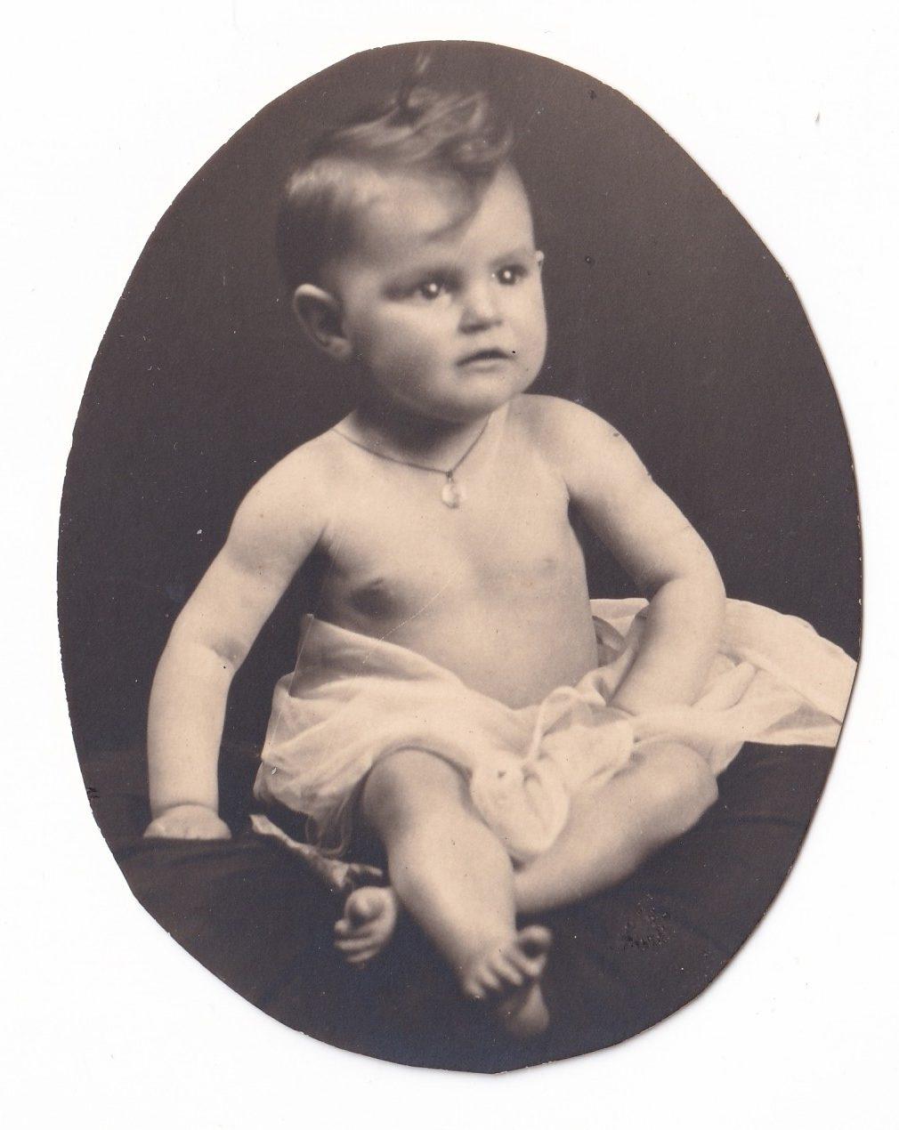 Pochette  Petit garçon en studio photo découpée rotated
