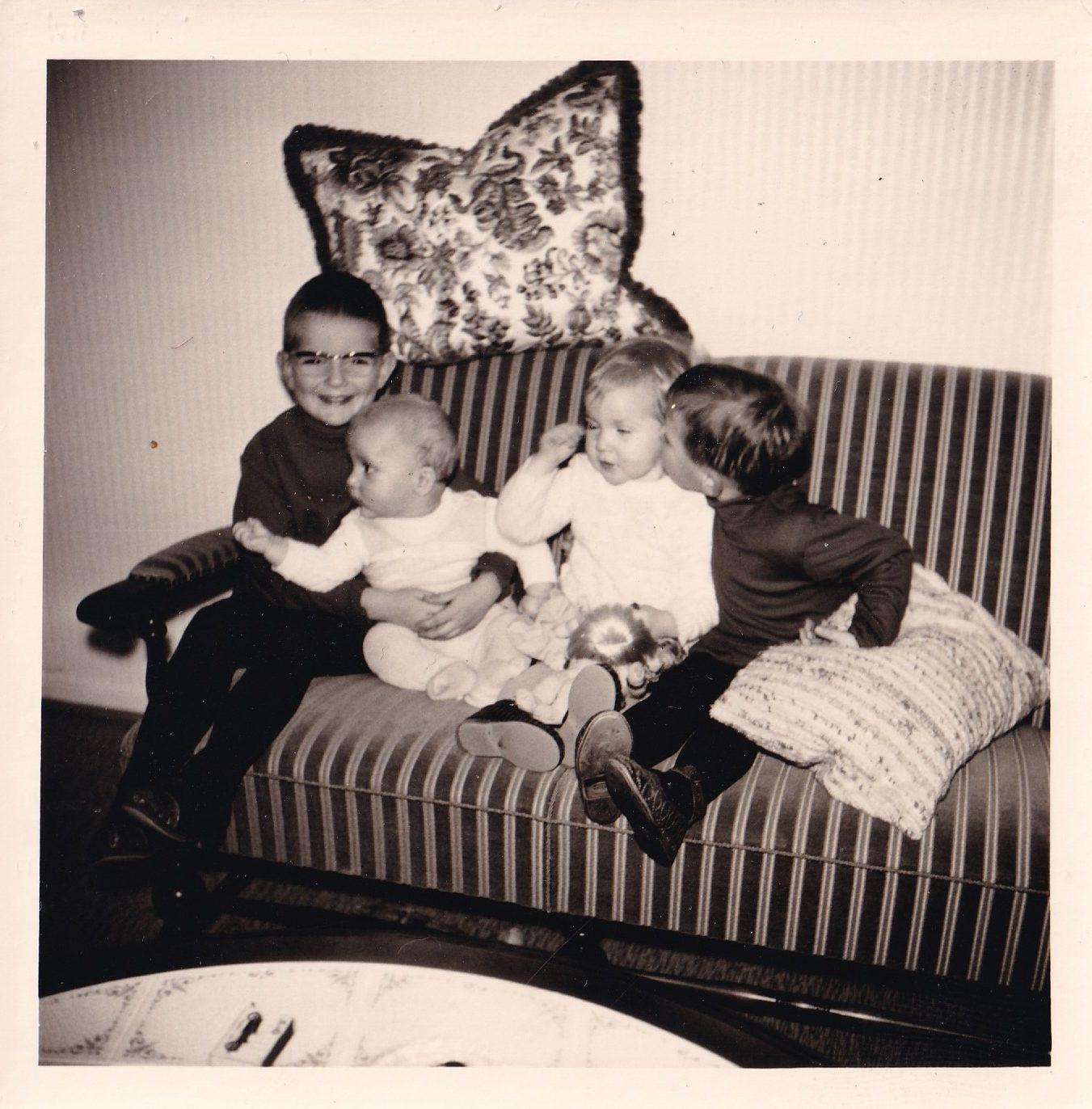 Qautre enfants sur un canapé  format   rotated
